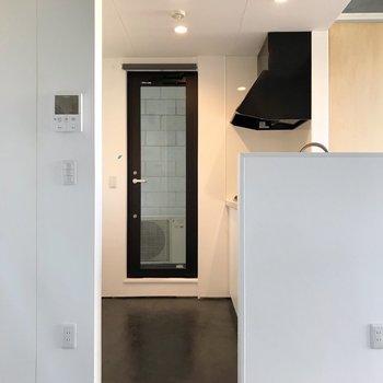 【2F】キッチン側の奥には勝手口。モニターホンの裏に冷蔵庫を置けます。(※写真は反転間取り別部屋のものです)