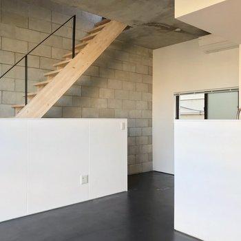 【2F】それでは階段をのぼってみましょう。(※写真は反転間取り別部屋のものです)