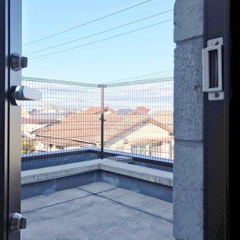 【3F】扉を開けると、広がるルーフバルコニー。(※写真は反転間取り別部屋のものです)