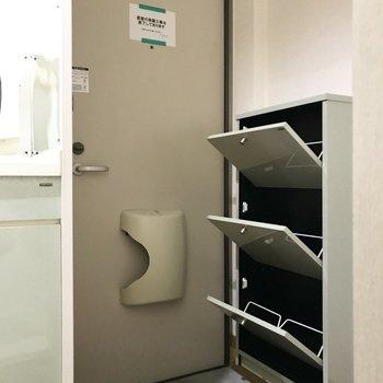 コンパクトな玄関はシューズBOXまでも省スペースっ。6足収納できるみたい!