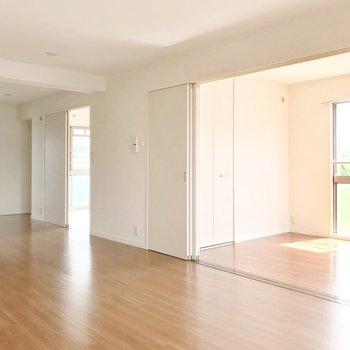 キッチンは壁付けなので、ゆったりくつろぎスペースを作れますよ。(※写真は3階の反転間取り別部屋のものです)