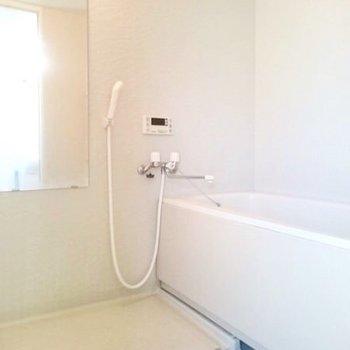 お風呂は高温差し湯機能が付いています。(※写真は反転間取り別部屋のものです)