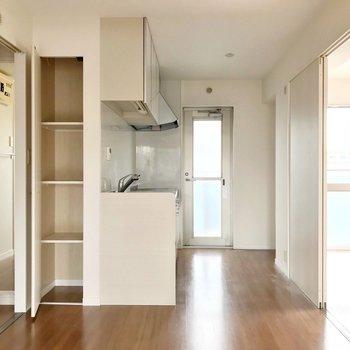 キッチンの近くにも棚があるのは嬉しい。パントリーとして使うのにちょうどいいですね。(※写真は3階の反転間取り別部屋のものです)