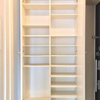 シューズボックスは大容量!棚板の位置をダボで変えられるので便利ですね。(※写真は3階の反転間取り別部屋のものです)