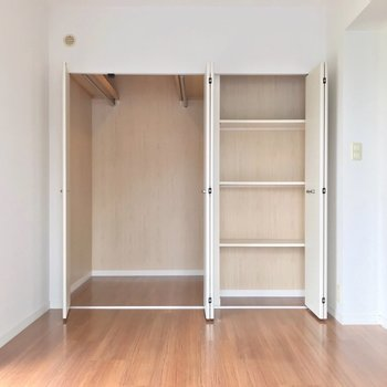 収納もたっぷり。左側は書類や本の保管にちょうどいいな。(※写真は3階の反転間取り別部屋のものです)