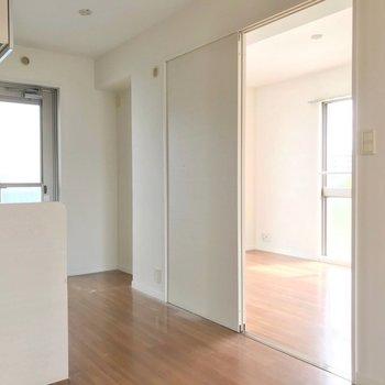 キッチンの向かいには、6帖の洋室がありました。(※写真は3階の反転間取り別部屋のものです)