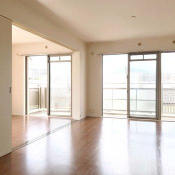 横に並んだ大きな窓は、開放感がありますね。(※写真は3階の反転間取り別部屋のものです)