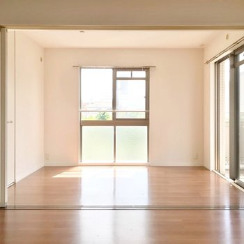掃き出し窓側の洋室は5.4帖。南と西の二面採光です。(※写真は3階の反転間取り別部屋のものです)