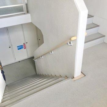 この階段をのぼって3階まで。忘れ物しない習慣が付きそうですね。