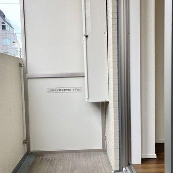開放感のあるバルコニー。※写真は3階の反転間取り別部屋のものです