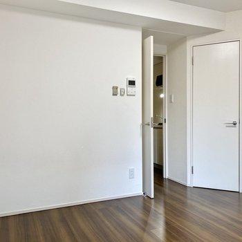 寒色など引き締まった印象の家具が合いそうですね。※写真は3階の反転間取り別部屋のものです