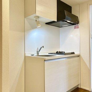 モノトーンのキッチン。横に冷蔵庫が置けますね。※写真は3階の反転間取り別部屋のものです