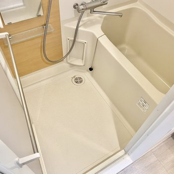 ゆったりとしていて浴槽は深めです。※写真は3階の反転間取り別部屋のものです