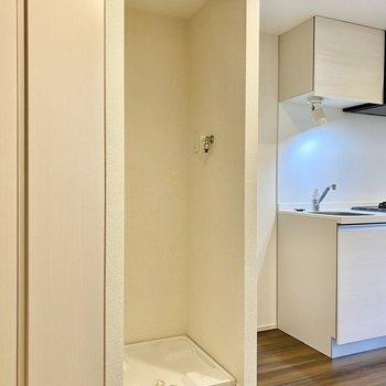洗濯機置場。ロールスクリーンがついているので来客時など生活感を隠すことができそうです。※写真は3階の反転間取り別部屋のものです