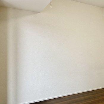 ベッドはこちらに寄せるといいかも。※写真は3階の同間取り別部屋のものです
