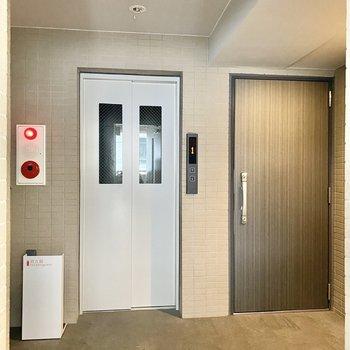 玄関前共用部。エレベーターで移動も楽ですね。