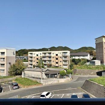 こちらからの眺望は目の前が駐車場なので開けています。