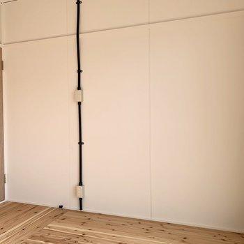 南側の洋室は無垢材デザイン。