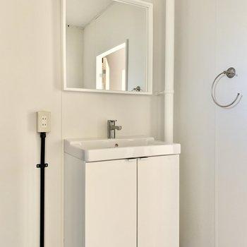 すっきりデザインの独立洗面台。