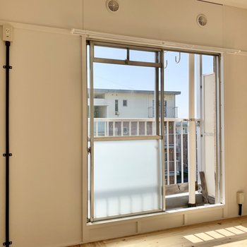 上部の小窓からホースを通せばエアコンを設置できそうです。