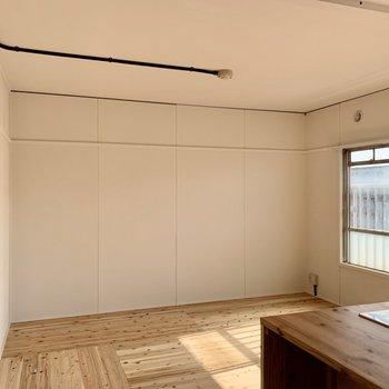 リビング奥は壁寄せで家具が置きやすい。