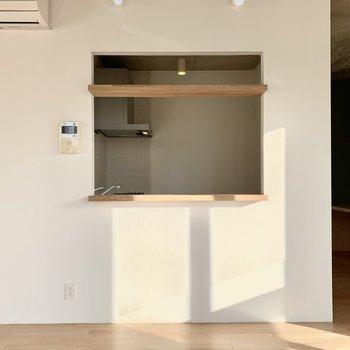 キッチンとLDKの間には小窓が