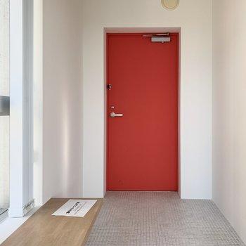玄関にはベンチのような棚板が。下に靴を並べてもかわいい