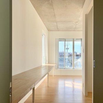 廊下には壁沿いに造り付け棚が。デスクとしても優秀です