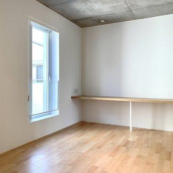 8.1帖の洋室は書斎としても寝室としても