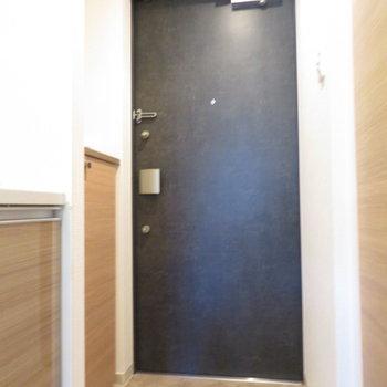 玄関はダブルロック(※写真は8階の同間取り別部屋のものです)