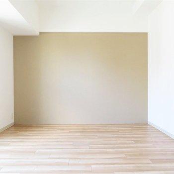 家具はこちらの壁に寄せたい(※写真は8階の同間取り別部屋のものです)