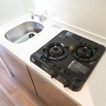 2口コンロのシステムキッチン(※写真は8階の同間取り別部屋のものです)