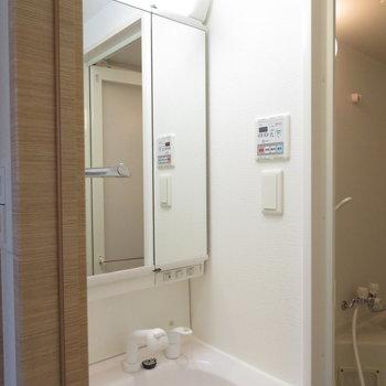 脱衣所には洗面台(※写真は8階の同間取り別部屋のものです)