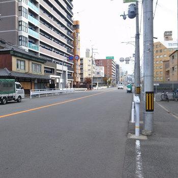 【周辺環境】マンションの前の通り。まっすぐ行くと通り沿いにスーパーなどが、そして駅前に到着です。
