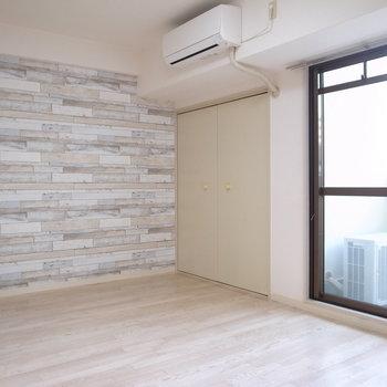 7.4帖の横長の居室。明るさがはじからはじまでゆきわたります。