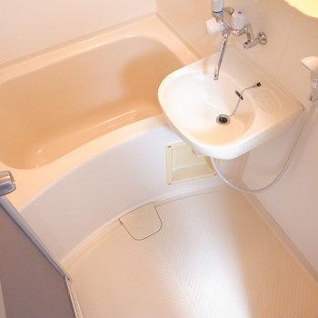 お風呂は洗面台と一体になっています。