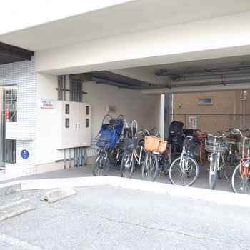 【共用部】マンションの入り口のそばに駐輪場があります。