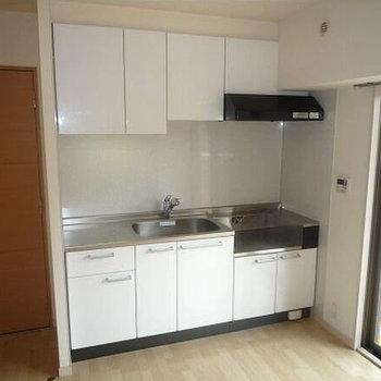 清潔な白キッチンは、コンロもふたつ。(※写真は8階の同間取り別部屋、清掃前のものです)