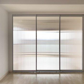 半透明の仕切りでお部屋をふたつに。(※写真は8階の同間取り別部屋、清掃前のものです)