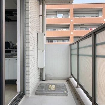 リビングのバルコニーは横長です。(※写真は8階の同間取り別部屋、清掃前のものです)