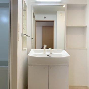 大きめの鏡が身支度しやすくて嬉しいなあ(※写真は8階の同間取り別部屋、清掃前のものです)