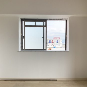 洋室は窓がふたつ。ベッドはここに 寄せて置きたいかも・・(※写真は8階の同間取り別部屋、清掃前のものです)