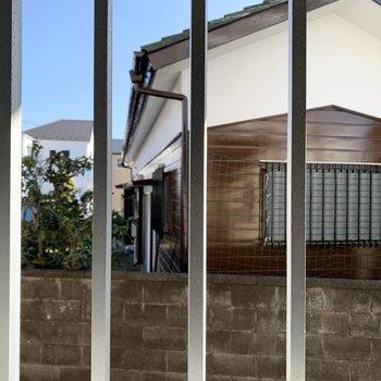 キッチン側の小窓は共用部に面していますが、角部屋で人通りがないですし、鉄柵もついていて安心です◎