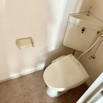個室のトイレは嬉しいウォシュレット付き。