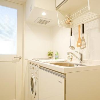 キッチンは白く!水切り棚は洗い物の乾燥からキッチンツールの吊り下げ収納まで使えますよ◎