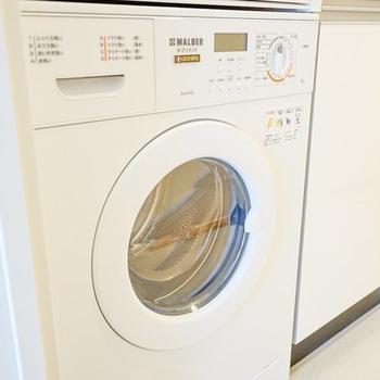 洗濯機は海外風にキッチン下に備え付け。新しく洗濯機を買う必要もありませんね◎