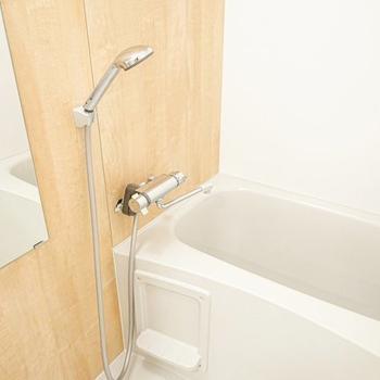 お風呂も木目のシート張り。気持ち良いバスタイムが毎日送れそう。(※写真は別部屋、モデルルームのもの)
