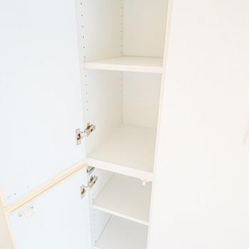 天井まで高さのある靴箱。中は棚の高さを変えられるので大きなサイズの靴も入ります。