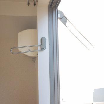 窓の内側と外側に物干しが付いています。