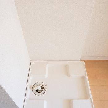 洗濯置き場は玄関のすぐ前にあります。※写真は通電前のものです